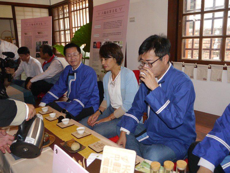 高雄市長陳其邁(右一)在剛修復完成的「池田屋」內品茗,推薦風味獨特的六龜山茶。記者徐白櫻/攝影