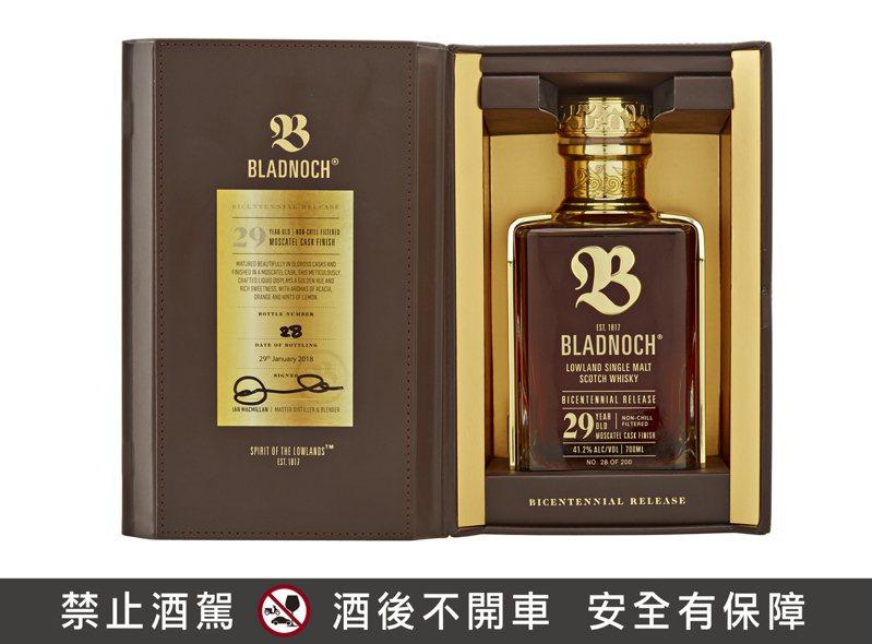 布萊德諾赫200週年紀念酒——29年單一麥芽蘇格蘭低地威士忌 0.7L 41.2%,建議售價262,680元。圖/橡木桶提供。提醒您:禁止酒駕 飲酒過量有礙健康。