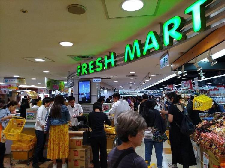 SOGO忠孝館Fresh Mart周年慶優惠,每年都吸引主婦們前往搶購。本報資料...