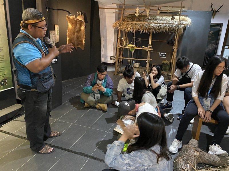 屏東縣來義鄉南和村長陳文山(左)跟學生們說明來義鄉的傳統祭儀。記者劉星君/攝影