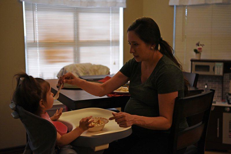 美國德州一名懷孕護士持續在醫院工作,回家還要照顧小孩。攝於5月6日。路透