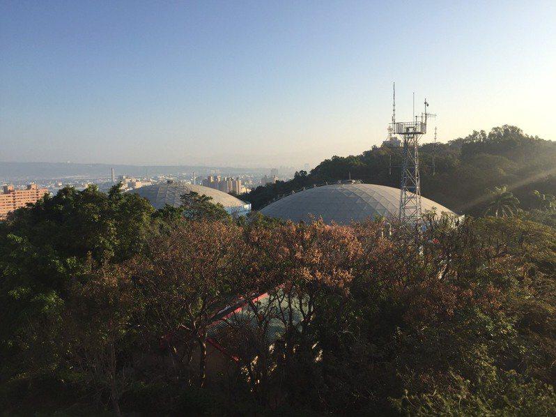 在彰化八卦山大佛後方,矗立有台灣自來水公司第11區管理處的兩座大型配水池,每座各4萬噸,兩座共8萬噸, 剛好是彰化市一天用水量,用來調配彰化供水,一旦缺水就是一日救急的雙塔。記者劉明岩/攝影