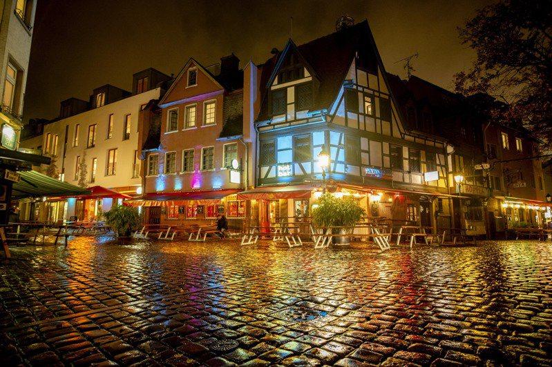 德國單日染疫人數近日連創新高,圖為法蘭克福著名美食旅遊區老薩克森豪森23日晚間街頭空無一人景象。美聯社
