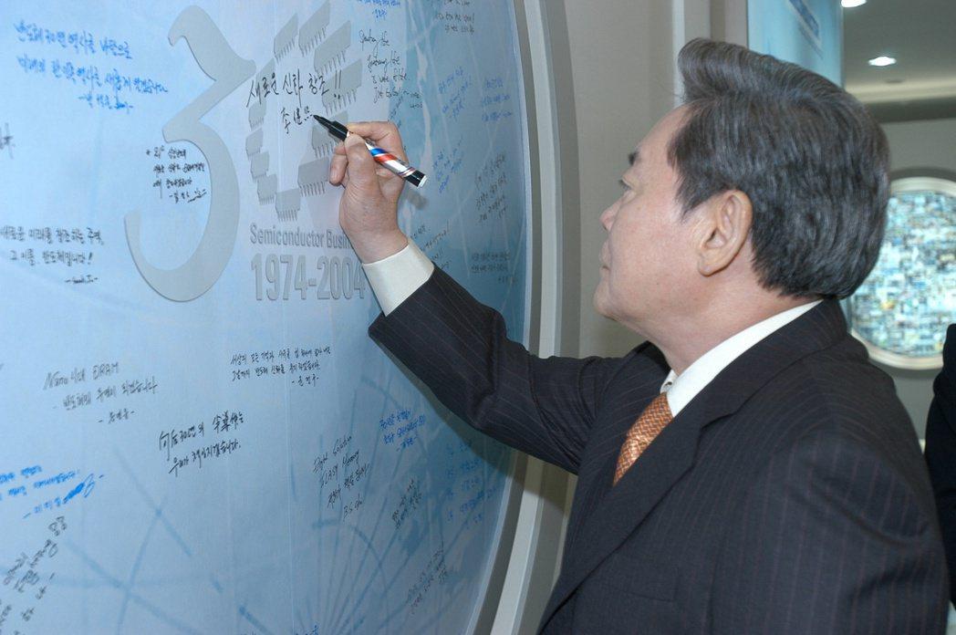 李健熙2004年紀念三星半導體事業成立30周年。(路透)