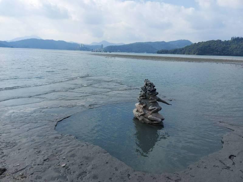日月潭水庫蓄水率跌破9成,當地知名「九蛙疊像」目前已有七蛙見客。圖/讀者提供