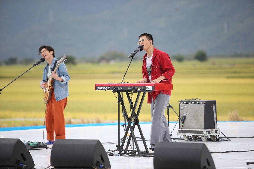 茄子蛋稻浪中嗨唱,主唱阿斌(右)唱歌發生「吃蟲」意外。記者陳睿中/攝影