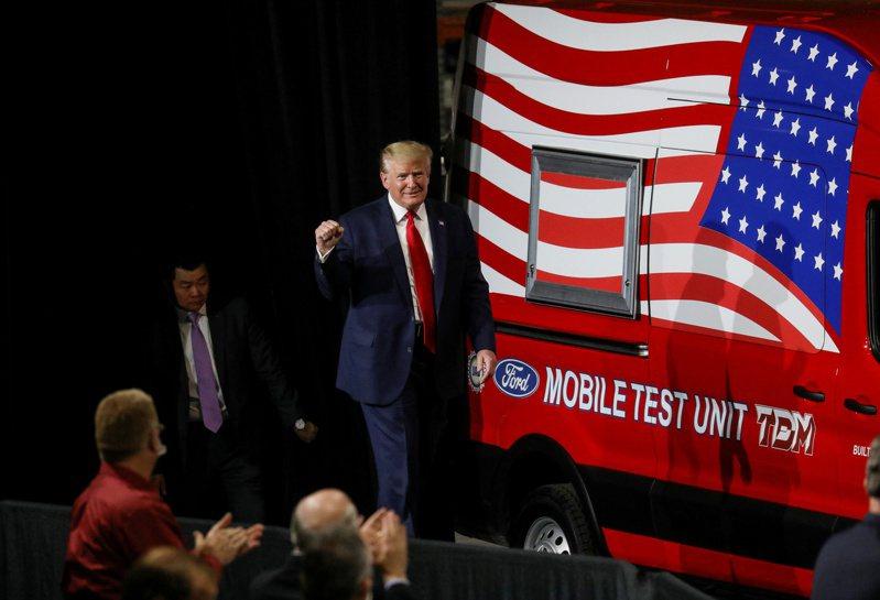 美國總統川普一向是製造業的啦啦隊長。圖為他今年五月視察福特公司位於密西根州伊普西蘭蒂市的零件廠。路透