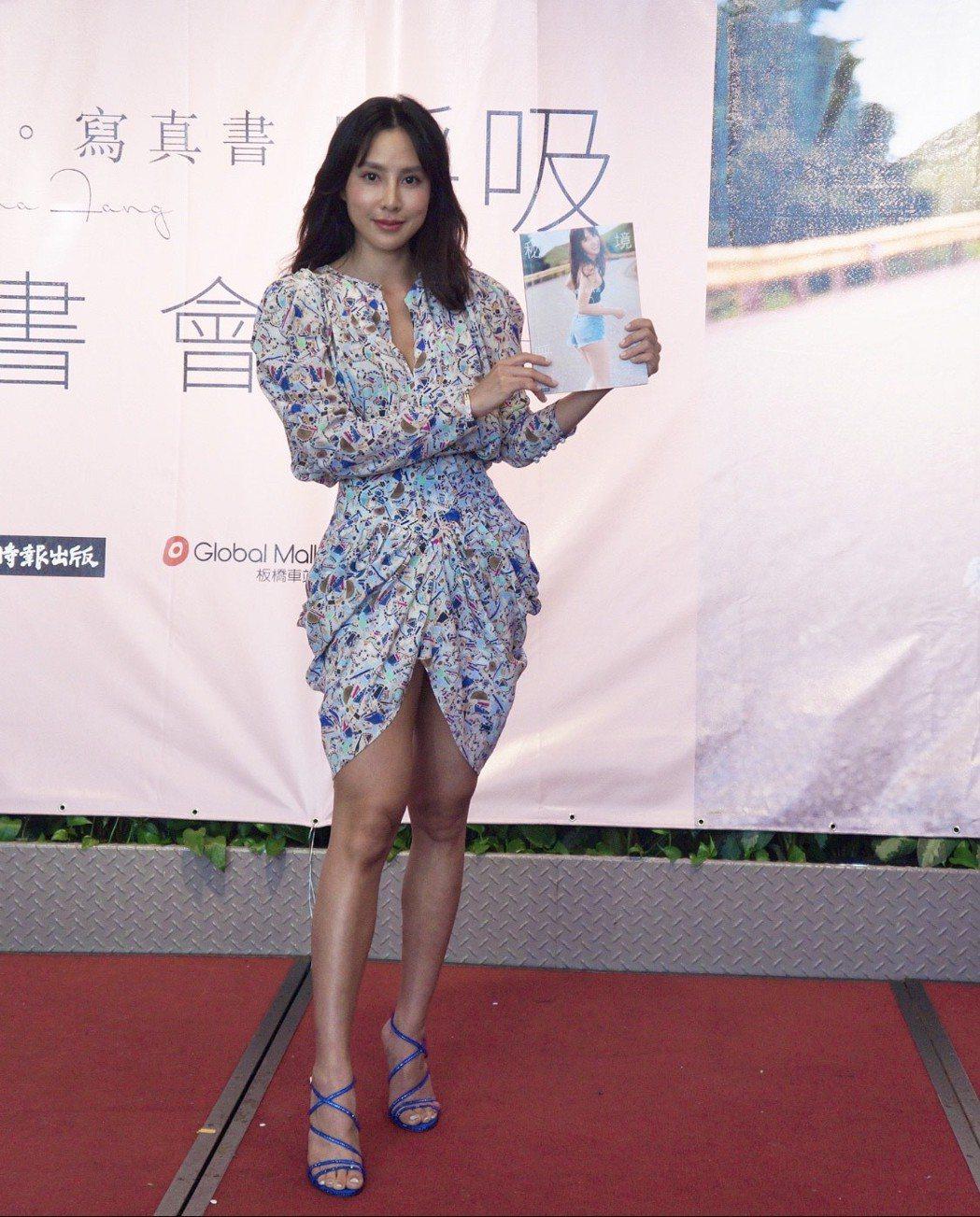 房思瑜為寫真書「秘境呼吸」舉辦簽書會。圖/TVBS提供