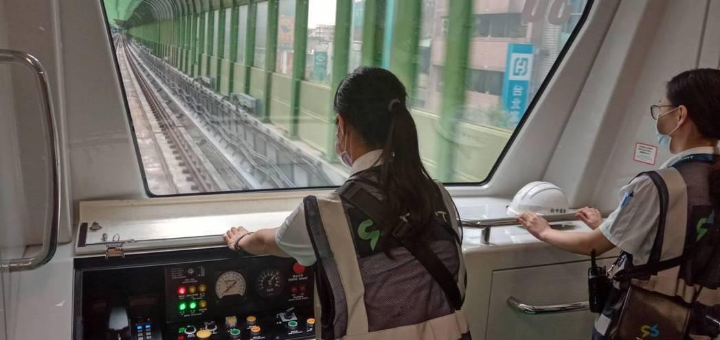 模擬演練,行控中心監控功能異常改採手動駕駛。圖/交通部提供