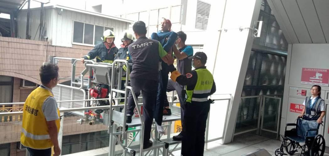 模擬演練,雲梯車救援捷運站。圖/交通部提供