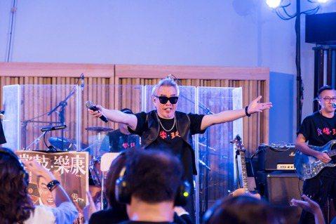 康康24日率領康康康樂隊,在台北南港玉成戲院錄音室舉辦2場迷你演唱會,一場僅能容納60名觀眾,而他則在這2場現場演出和另外2次彩排中,完成新專輯「康樂.鼓掌」全部收音。他唱到寫給債主的歪歌「按呢爾」...