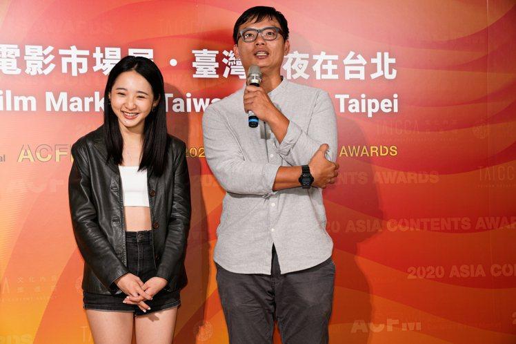 「誰是被害者」製作人徐國倫(右)、演員李沐(左)出席釜山影展台灣之夜受訪。圖/文...
