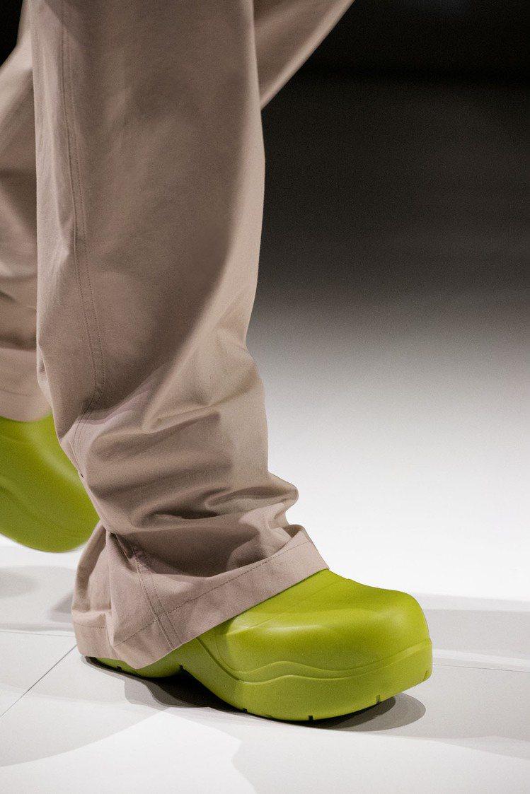 The Puddle靴款是無縫設計的圓頭短靴,而且材質上使用了生物可分解聚合物,...