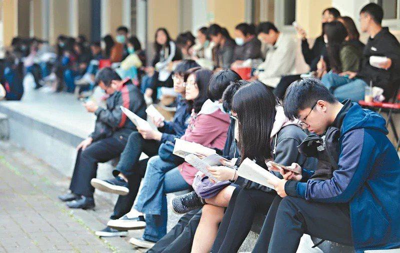 110學年學測報名將開跑,明年個人申請有41%校系只參採三科是大宗,占比首度破四成創新高。參採四科的校系則略低於今年,占31%。圖/聯合報系資料照片