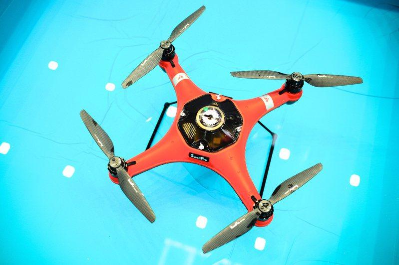 亞馬遜申請無人機遞送包裹8月底獲FAA核准,象徵無人機送貨的時代已經來臨,引動相關台系「無人機概念股」受到市場矚目。(本報系資料庫)