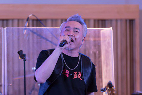 康康24日率領康康康樂隊,在台北南港玉成戲院錄音室舉辦2場迷你演唱會。他現場演唱新歌「毋甘」,藉著音樂歌頌和懷念小鬼黃鴻升。因為聽了算命老師建議,康康在兒女都上小學前都盡量避免出入白事場合,只能透過...