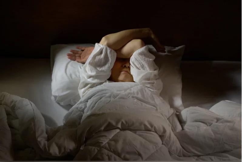有些人經醫囑服用安眠藥後,仍無法入睡,或是早上起床後仍然昏昏沉沉,可能是吃了會影響藥品療效的食物。圖/123RF