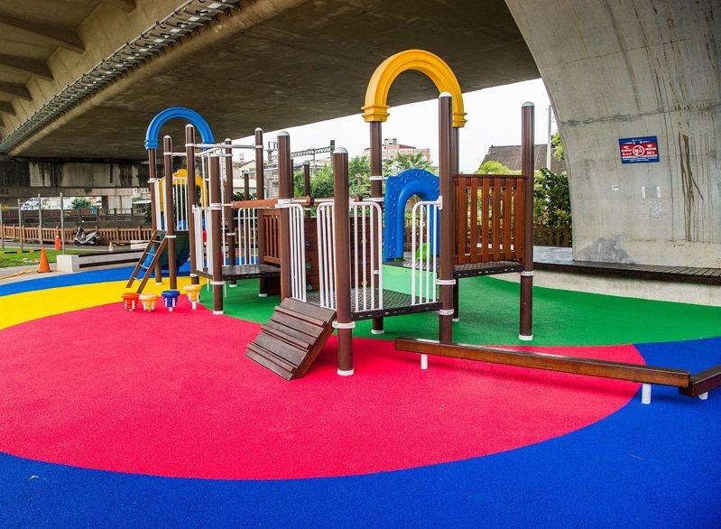 嘉義市政府在番仔溝公園更新遊具和地墊。圖/市府提供
