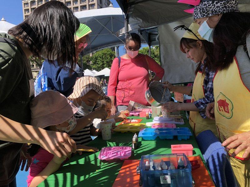 三峽區農會120周年,現場攤販吸引許多家庭前往購物、遊玩,氣氛熱鬧。記者張睿廷/攝影
