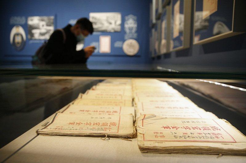 「金甌無缺—紀念台灣光復七十五周年主題展」25日在北京「中國國家博物館」開幕。圖為展出的宏字練軍公文吸引參觀者。(中新社)