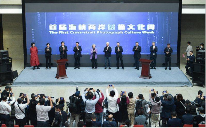 首屆海峽兩岸影像文化周22日在杭州開幕,展出兩岸攝影家的300餘幅影像作品。圖/本報浙江杭州傳真