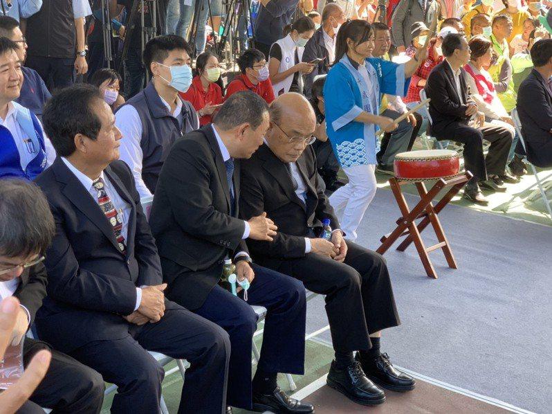 新北市長侯友宜(前排左2)昨天和行政院長蘇貞昌(前排左3)一起出席三峽農會活動時,不斷交頭接耳,氣氛熱絡。記者張睿廷/攝影