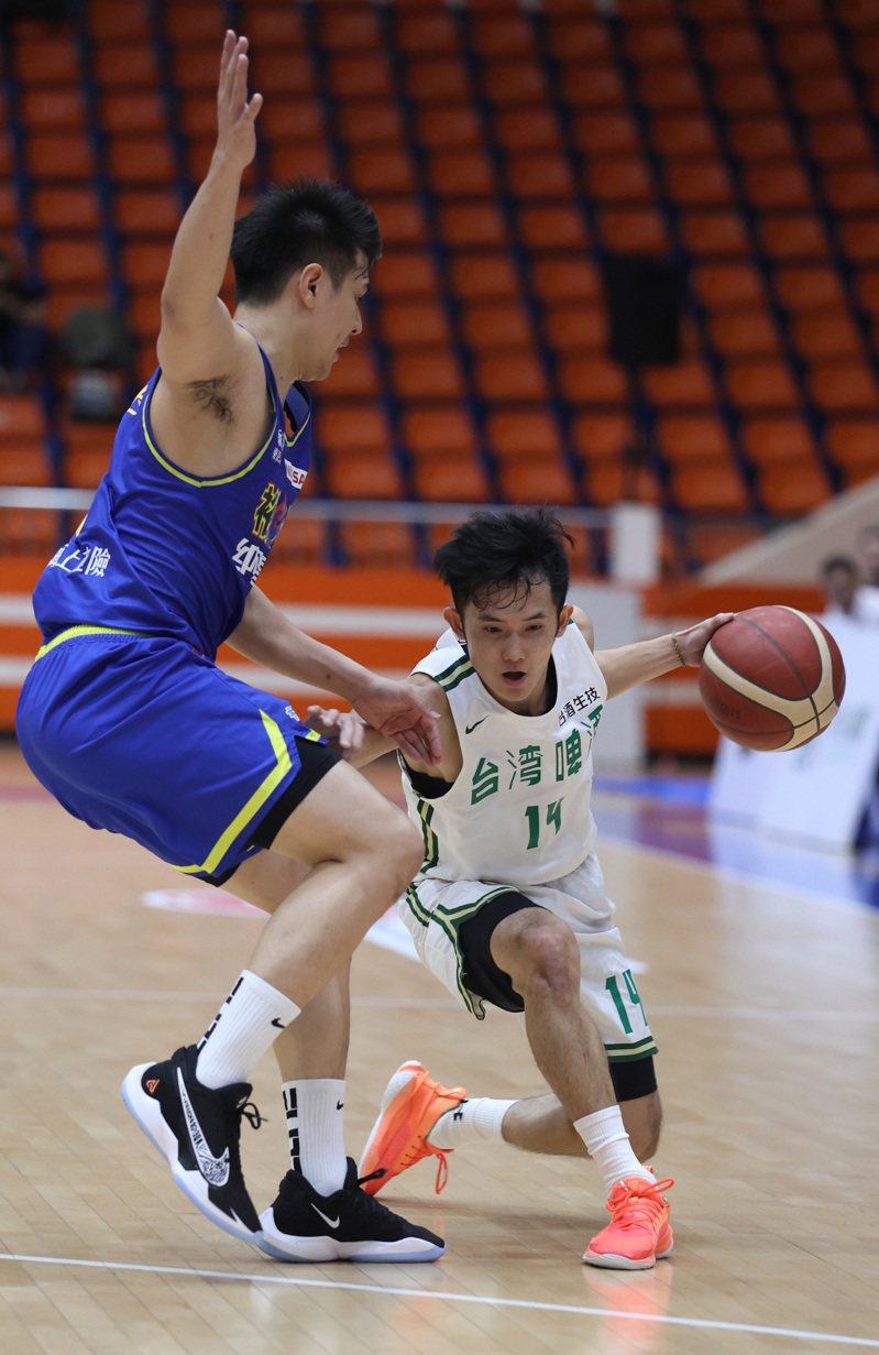 台啤隊後衛蔣淯安(右)復出仍在找球感。圖/中華籃球協會提供