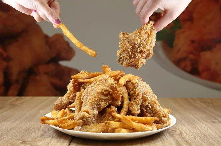 NeNe Chicken的「蜂蜜蒜脆薯炸雞」,可同時吃到薯條與炸雞。記者陳睿中/...
