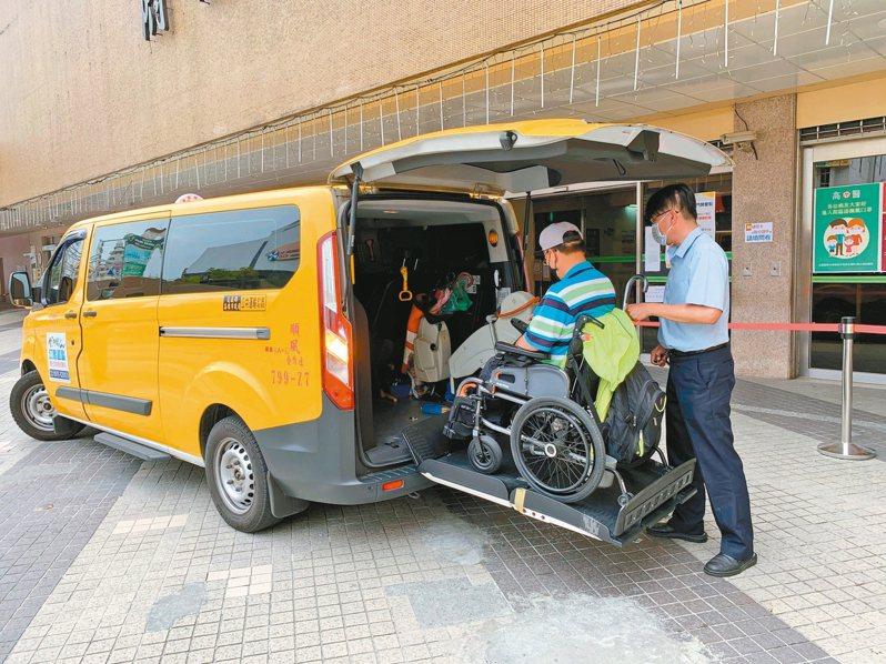 交通局與高醫合作推出「醫療快速通關服務」,透過訂車系統與院方門診系統結合,節省時間也提高復康巴士周轉率。 圖/高雄市交通局提供