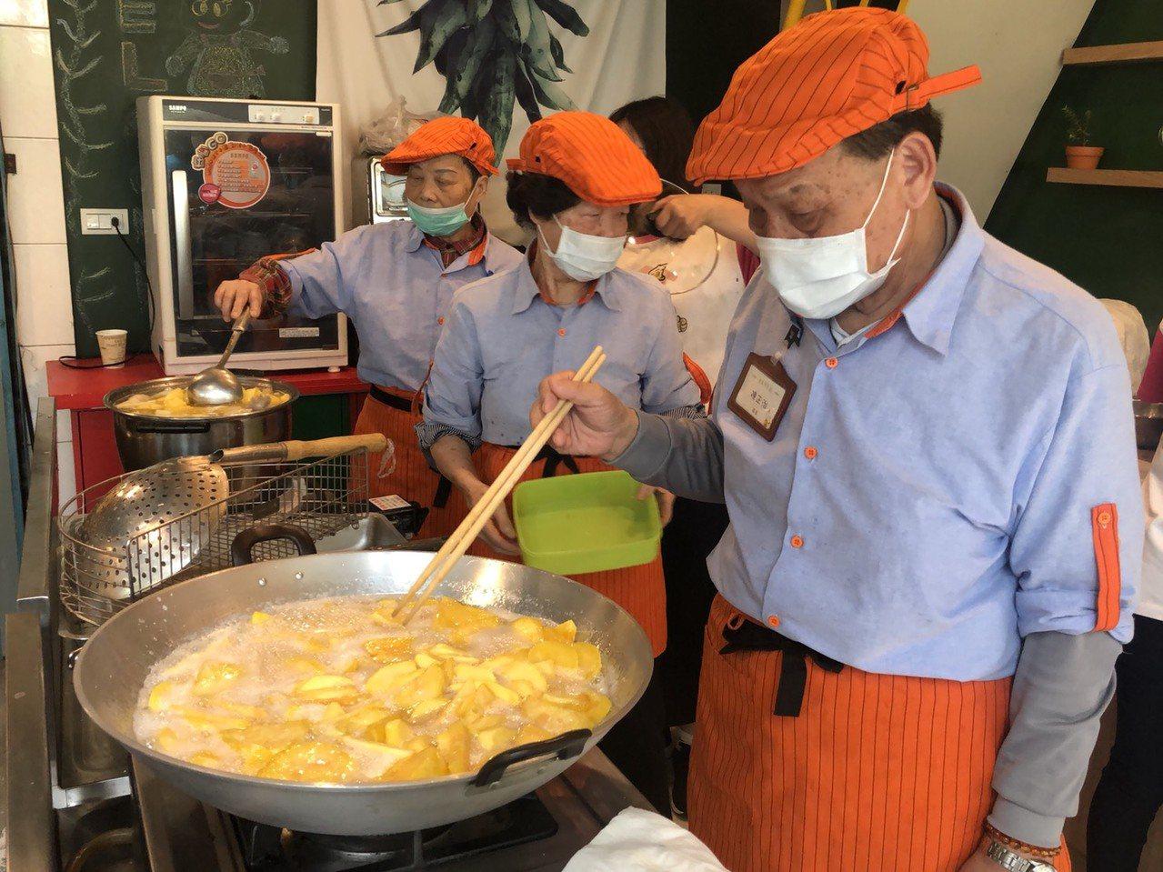 由社福團體為高齡長輩量身打造的大齡食堂昨天正式開張,從廚師到服務人員清一色都是由...