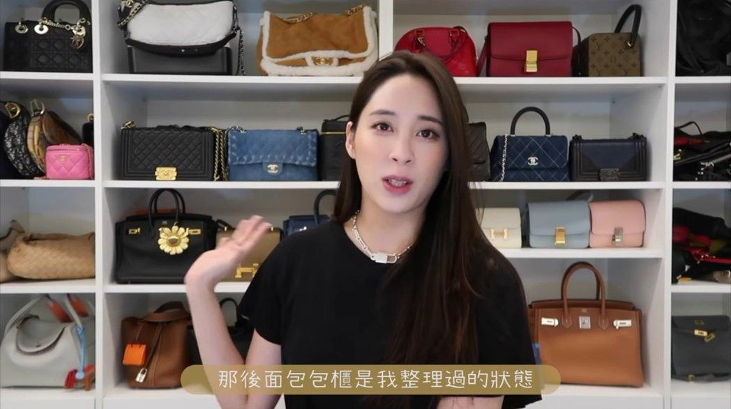 歐陽妮妮介紹自己滿櫃子的名牌精品包包。 圖/擷自Youtube