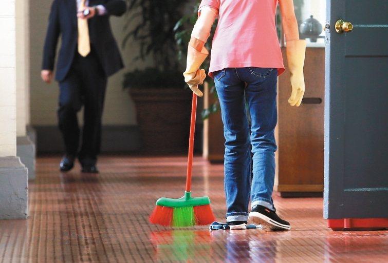 清潔婦被鎮長當人頭投入競選,沒想到意外獲勝。此為示意圖,本報資料照