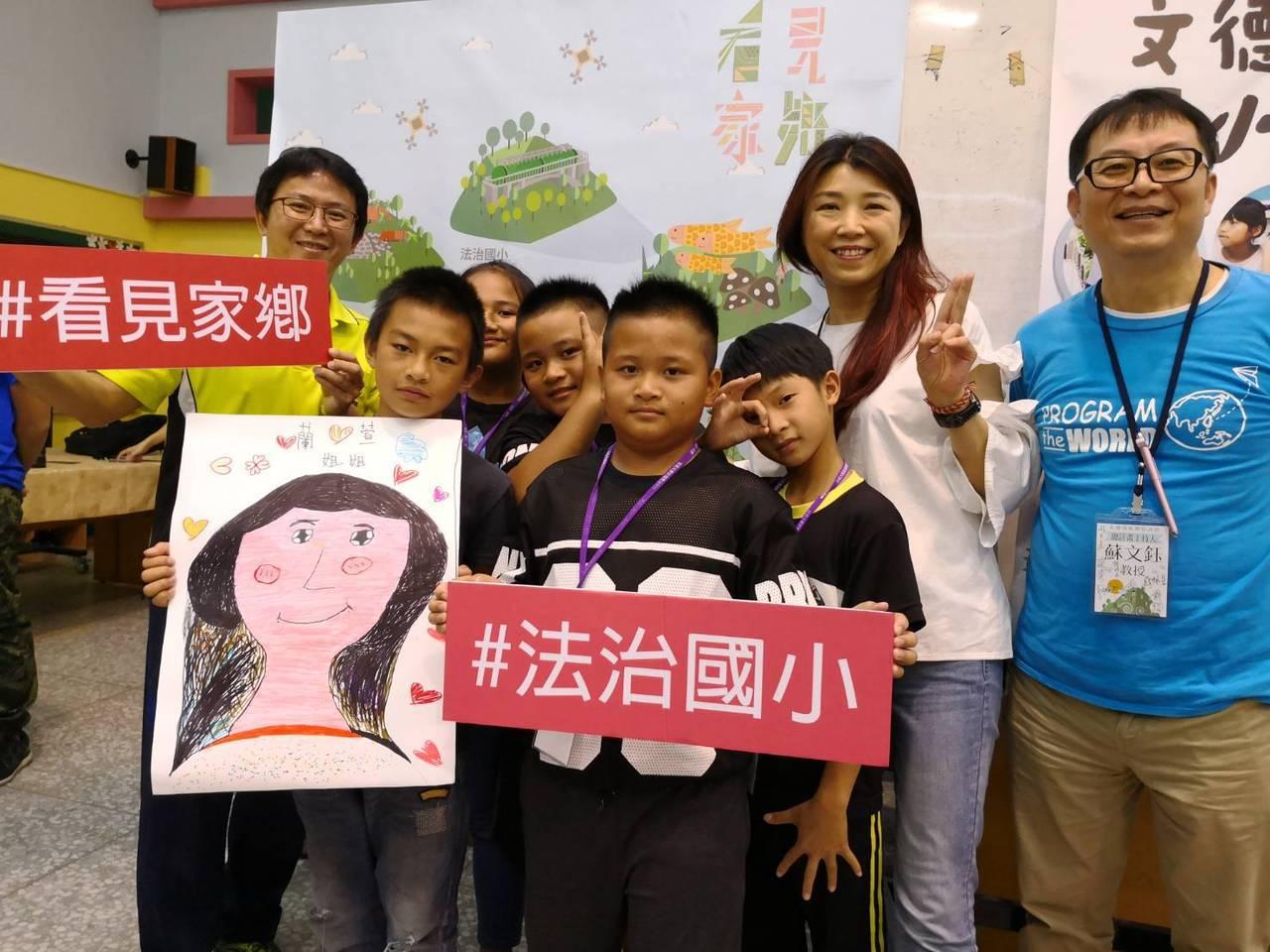 成大教授蘇文鈺邀請蘭萱參與「看見家鄉」計畫,到偏鄉陪孩子說故事。 照片提供/蘭萱