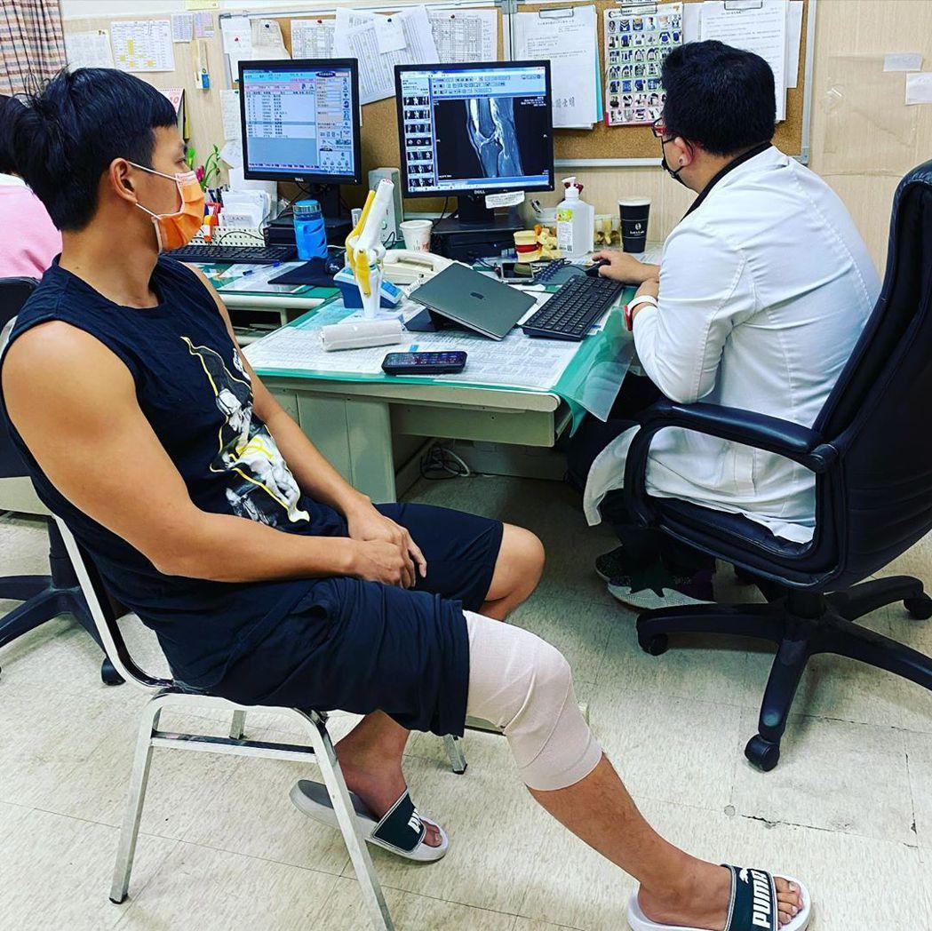 小煜在醫院接受檢查後,醫師告知是「前十字韌帶斷裂」。 圖/擷自小煜IG
