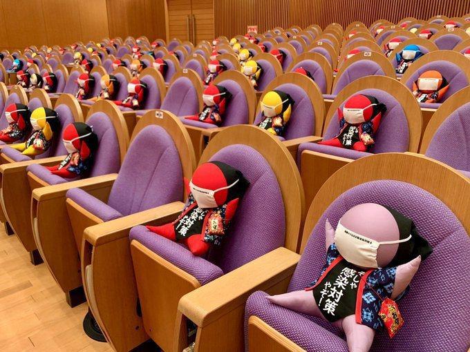 日本飛驒世界生活文化中心,想到用在地吉祥物「猿寶寶」填補梅花座。圖擷取自twitter