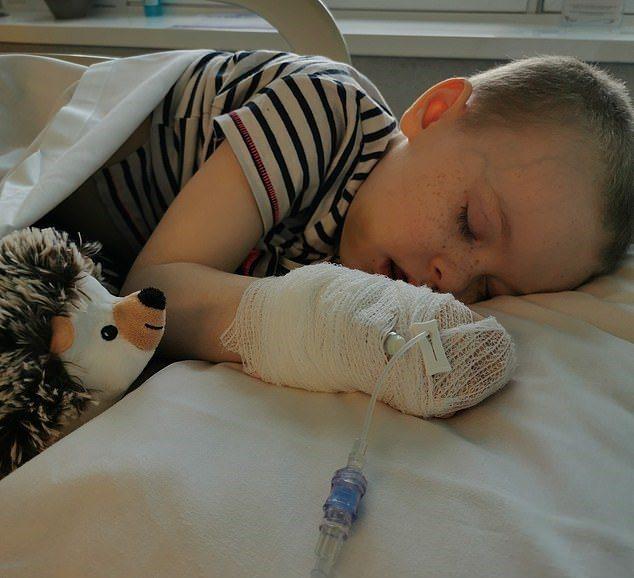 英國6歲小女孩曾因屁股、腿部劇痛被送到急診室8次,血液跟X光檢查都一直沒發現問題...