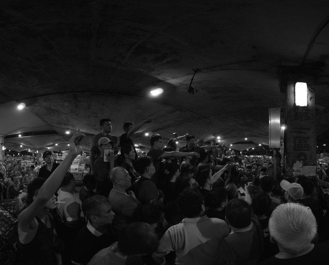 「時空膠囊-VR攝影計畫」以「群眾」為主題,從一幀幀的黑白影像,照見台灣各個角落...