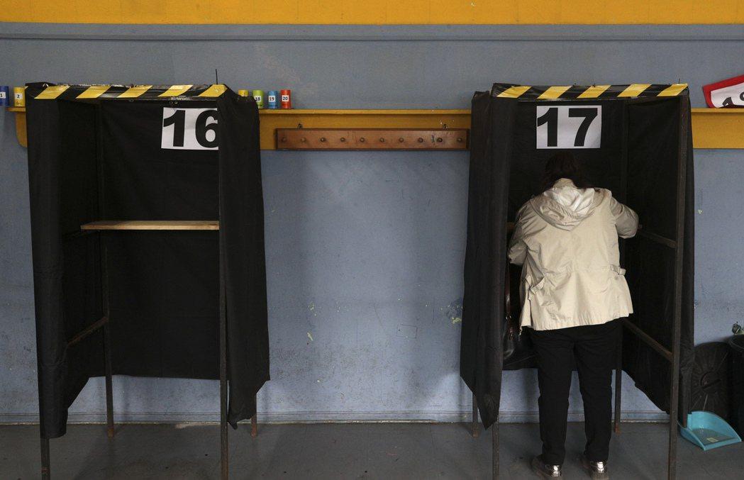 根據智利中選會的計票結果,78.3%的智利選民支持「重新制憲」,79%的選民支持...