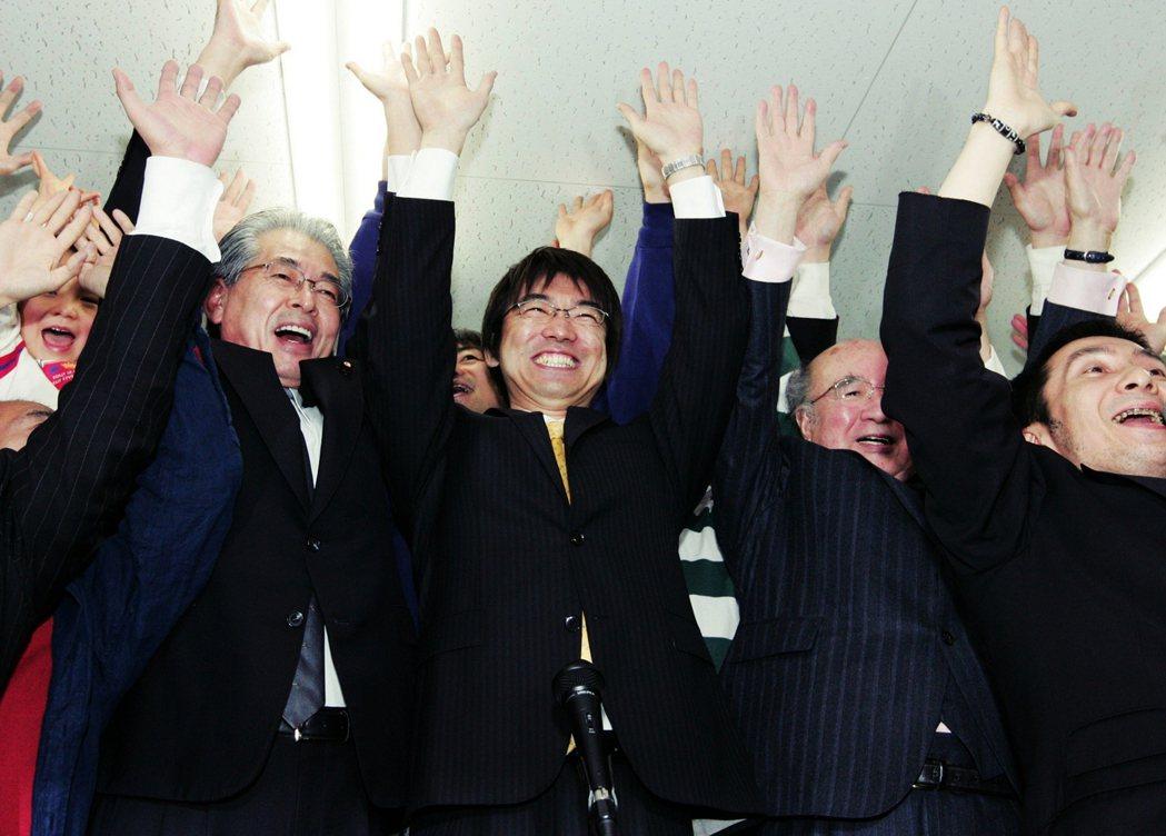 2008年在自民黨與公明黨支持下,年僅39歲的律師橋下徹(中)當選大阪府知事,著...