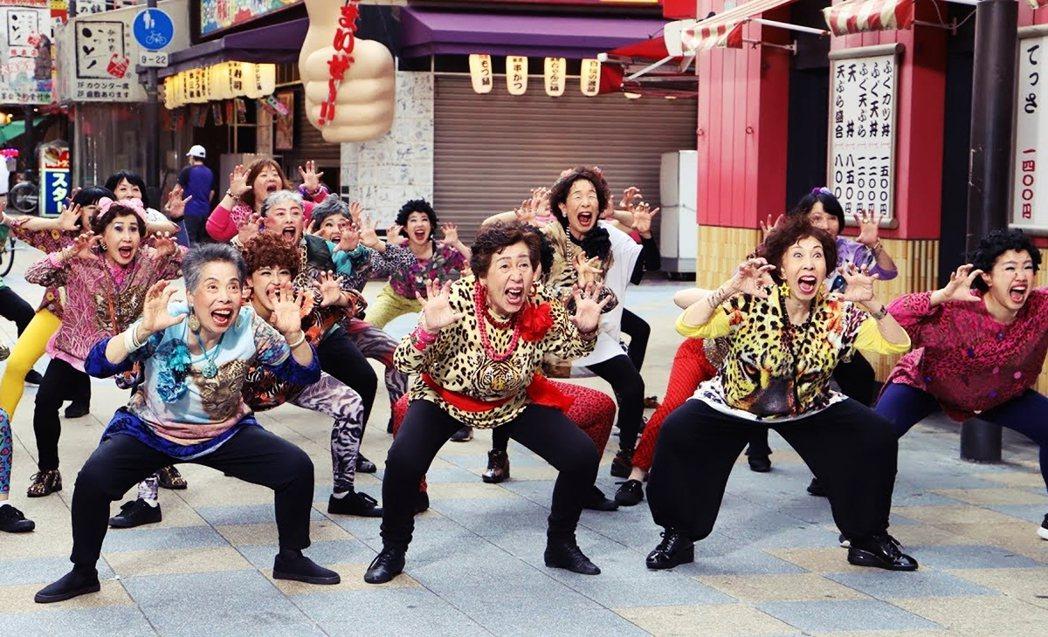 不少市民擔心成立大阪都之後,福利政策是否會因此削減?圖為大阪在地歐巴桑偶像團體「...