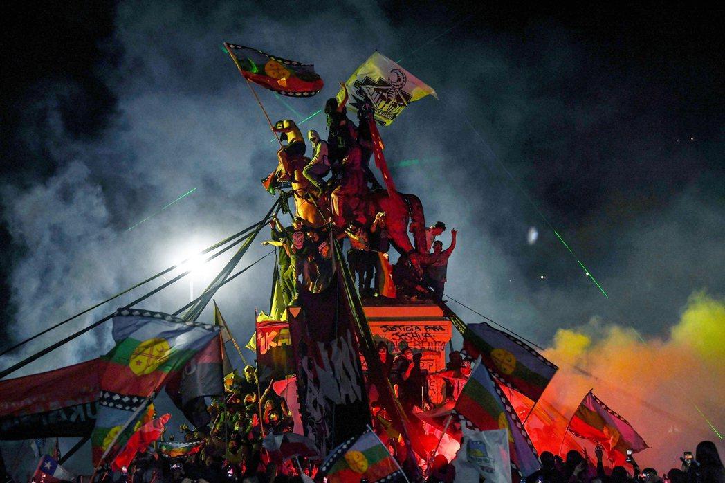雖然智利獨裁者皮諾契特於1990年下台,但憲法中關於經濟、預算與萬事私有化的「芝...