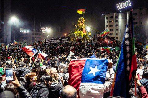 25日晚間,曾以長年獨裁統治為代價換「經濟奇蹟」的智利終於以78.3%的壓倒性結...