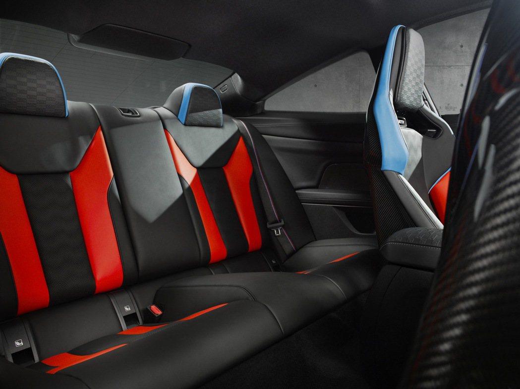 不僅前排座椅,後排也同樣擁有雙色和KITH浮雕。 圖/BMW提供