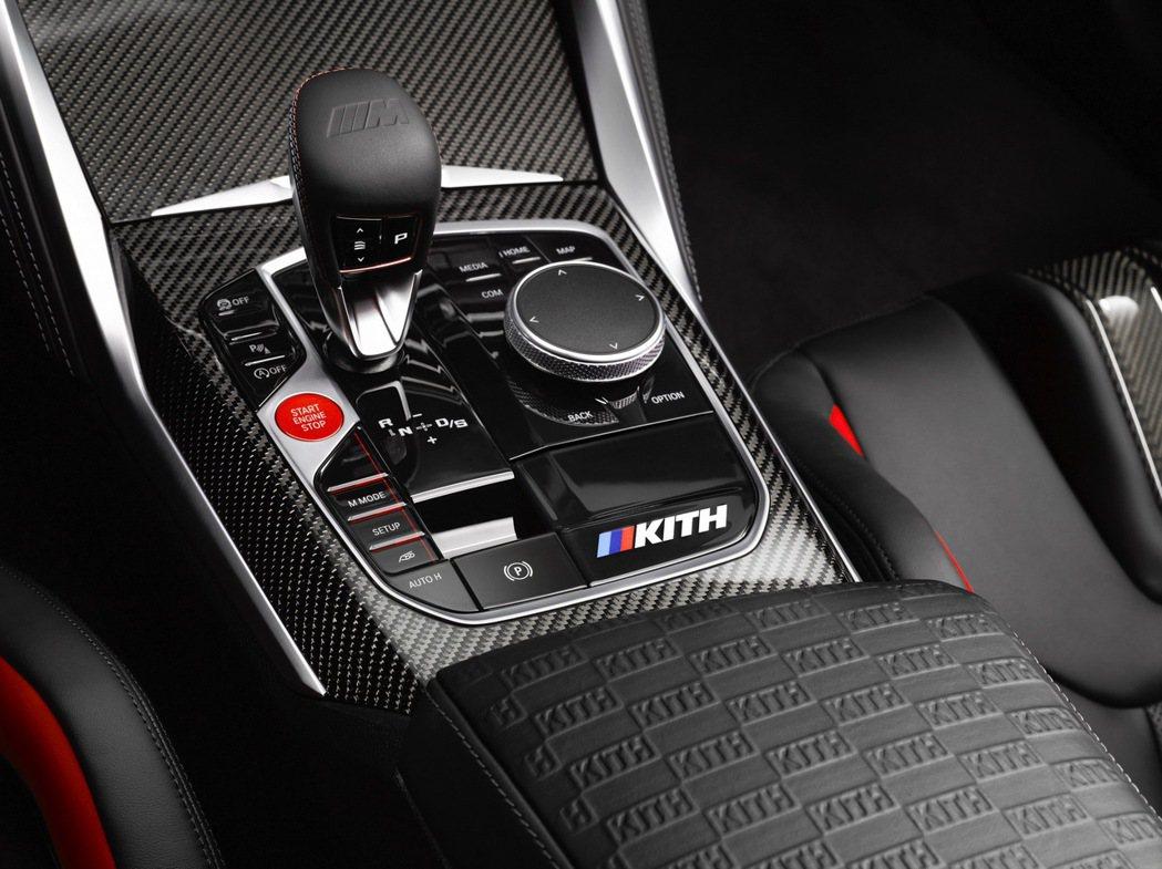 中控台除了有M KITH銘牌,中央扶手上也有KITH專屬浮雕。 圖/BMW提供