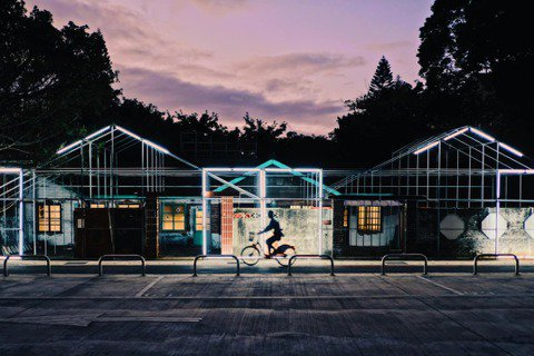 正在進場施工階段的2020桃園文創博覽會「走桃花」,已然盡顯空間的魔幻魅力。 圖...
