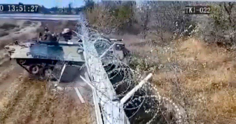 一名喝醉酒的士兵開著軍隊的裝甲車上路,並以88公里的時速直接撞破附近機場的圍牆,還差點撞到一處民宅。 圖/《太陽報》