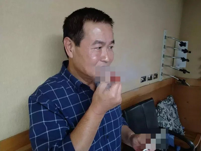 市議員羅文崇現場示範「水果維他命棒」吸食狀況。記者吳亮賢/攝影