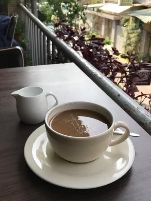 坐在「陽台咖啡」喝咖啡,可以享受自然空氣,觀看街道來往行人,以及巷口公園的綠意。...