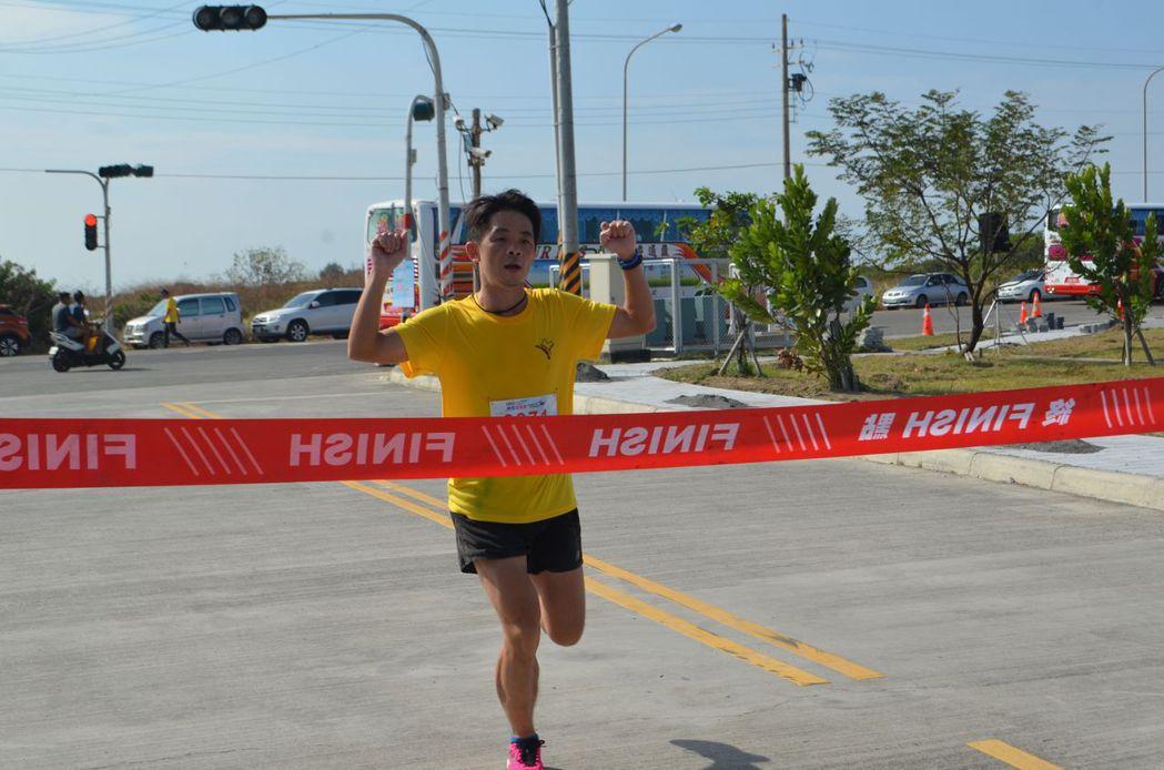 陳冠霖勇奪15.4公里第一。  陳慧明 攝影