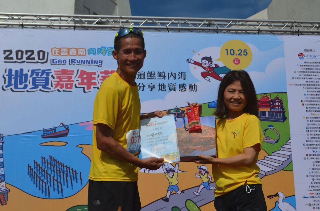 劉治昀(左)在27公里組封王。  陳慧明 攝影